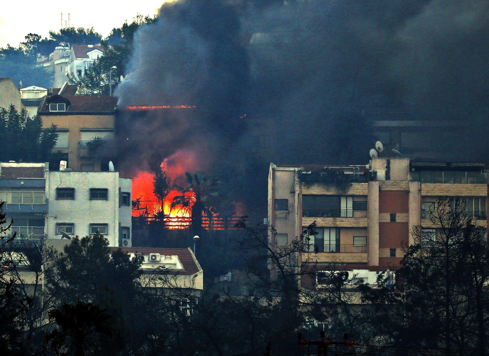 В сухую и жаркую погоду огонь быстро распространяется по пригородам Хайфы. Вот что пишет моя подруга