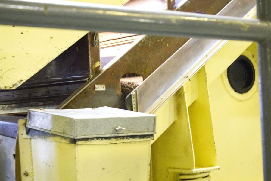 9. После обжига какао-бобы охлаждают, а затем направляют в веечную машину, которая их рафинирует, от