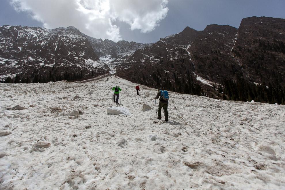 После нескольких часов пути через ущелье Кара-Баткак мы вышли к подножию ледника, находящегося