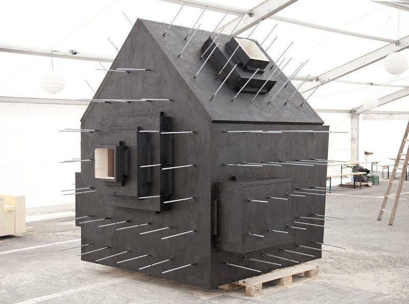 6. Сам дом сделан из дерева, а каменная оболочка создана по технологии, напоминающей папье-маше.