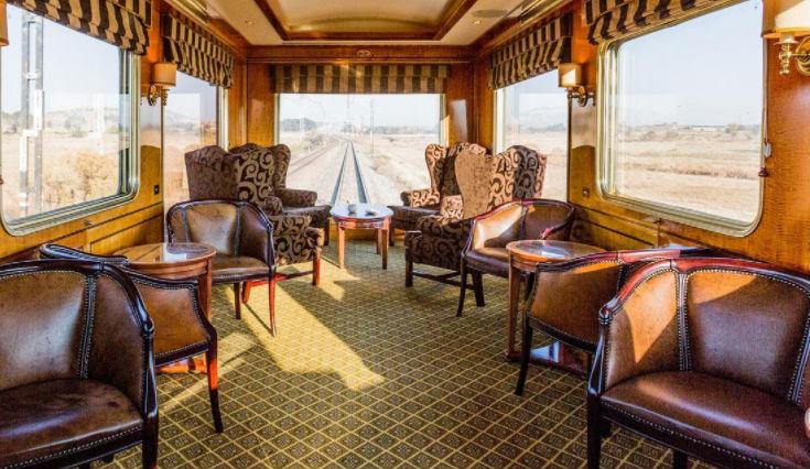 Поезд едет по живописному маршруту южного побережья Южной Африки. Его пассажиры запросто могут увиде