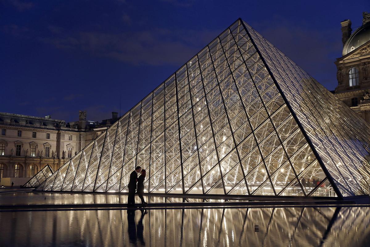 4. Пара целуется перед стеклянной пирамидой Лувра в Париже, 2 ноября 2016 года. (Chesnot / Getty)