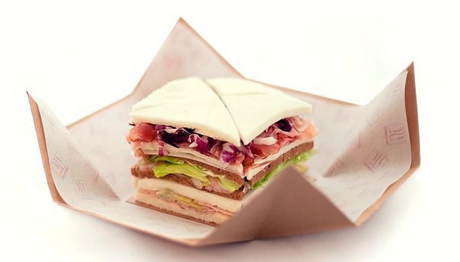 5. Tramezzino - треугольный бутерброд или сэндвич. Популярная начинка это тунец, оливки и прошутто.