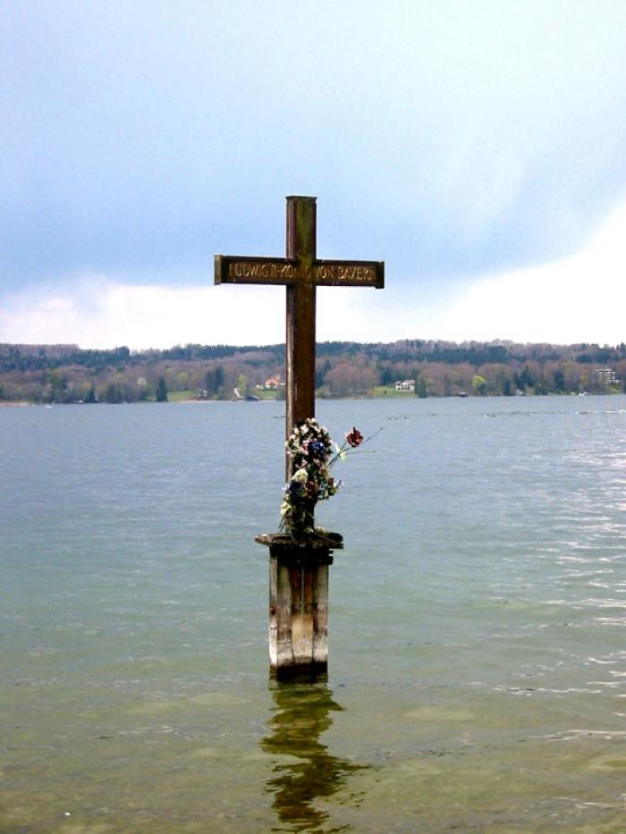 Крест на месте гибели Людвига II, Штарнбергское озеро. На второй же день пребывания короля в замке Б