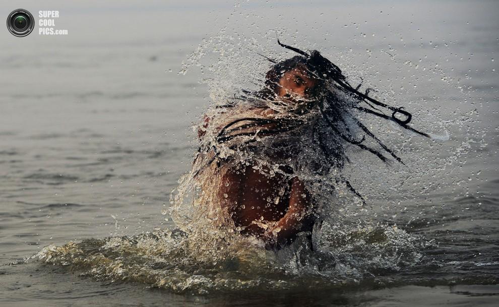 Садху выныривает из воды. (Roberto Schmidt/AFP/Getty Images)