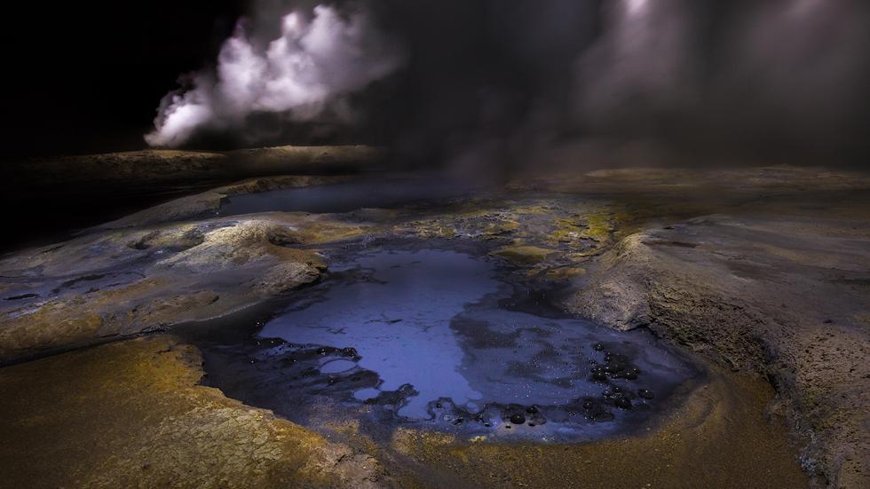 Термальные озера Исландии ночью.