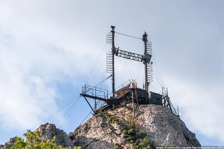 На расстоянии около 550 метров от «искусственной Луны», у подножия горы был установлен радиотел