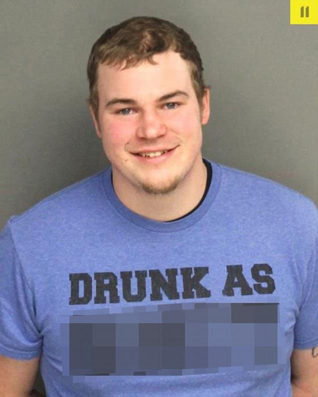 Надпись на футболке: «Пьян в дребадан». По иронии, молодого человека задержали по подозрению в вожде