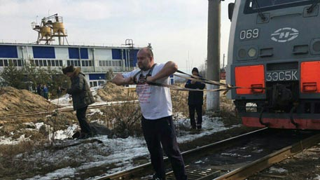 Русский тяжелоатлет сдвинул сместа 288-тонный электровоз