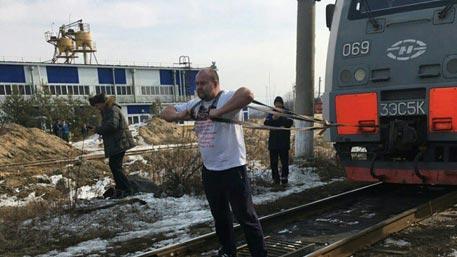 Приморский силач Иван Савкин сдвинул электровоз весом 288 тонн