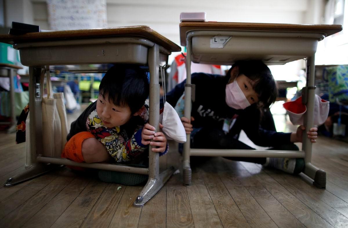 Мы сидим под партой на уроке: Как надо вести себя в случае землетрясения