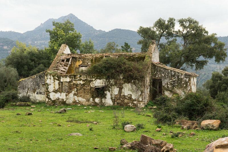 руины дома в парке los alcornocales, андалусия