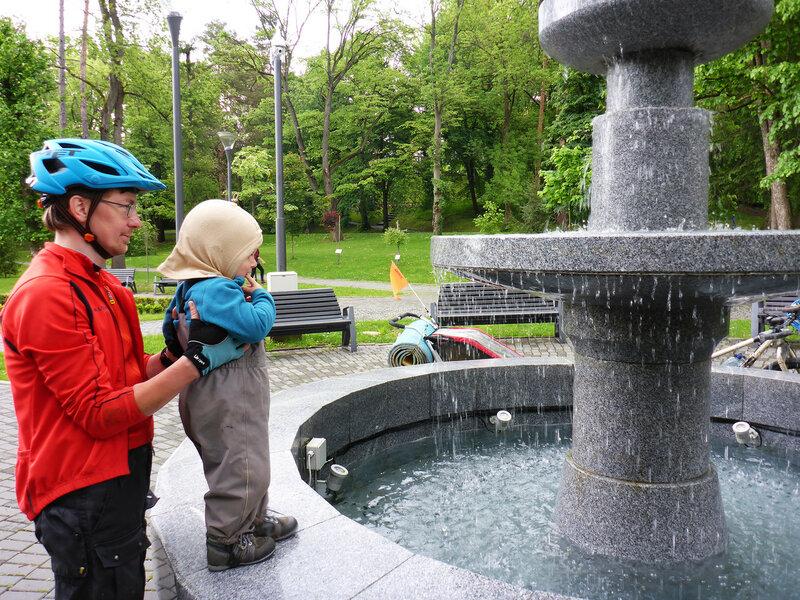 ребенок смотрит на фонтан