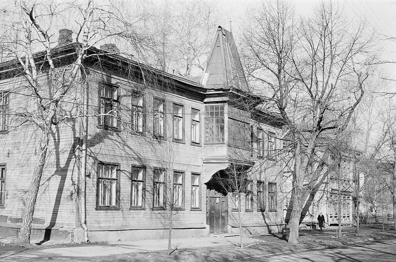 1974. Дома №4 и №2 по Сокольнической Слободке в сторону парка