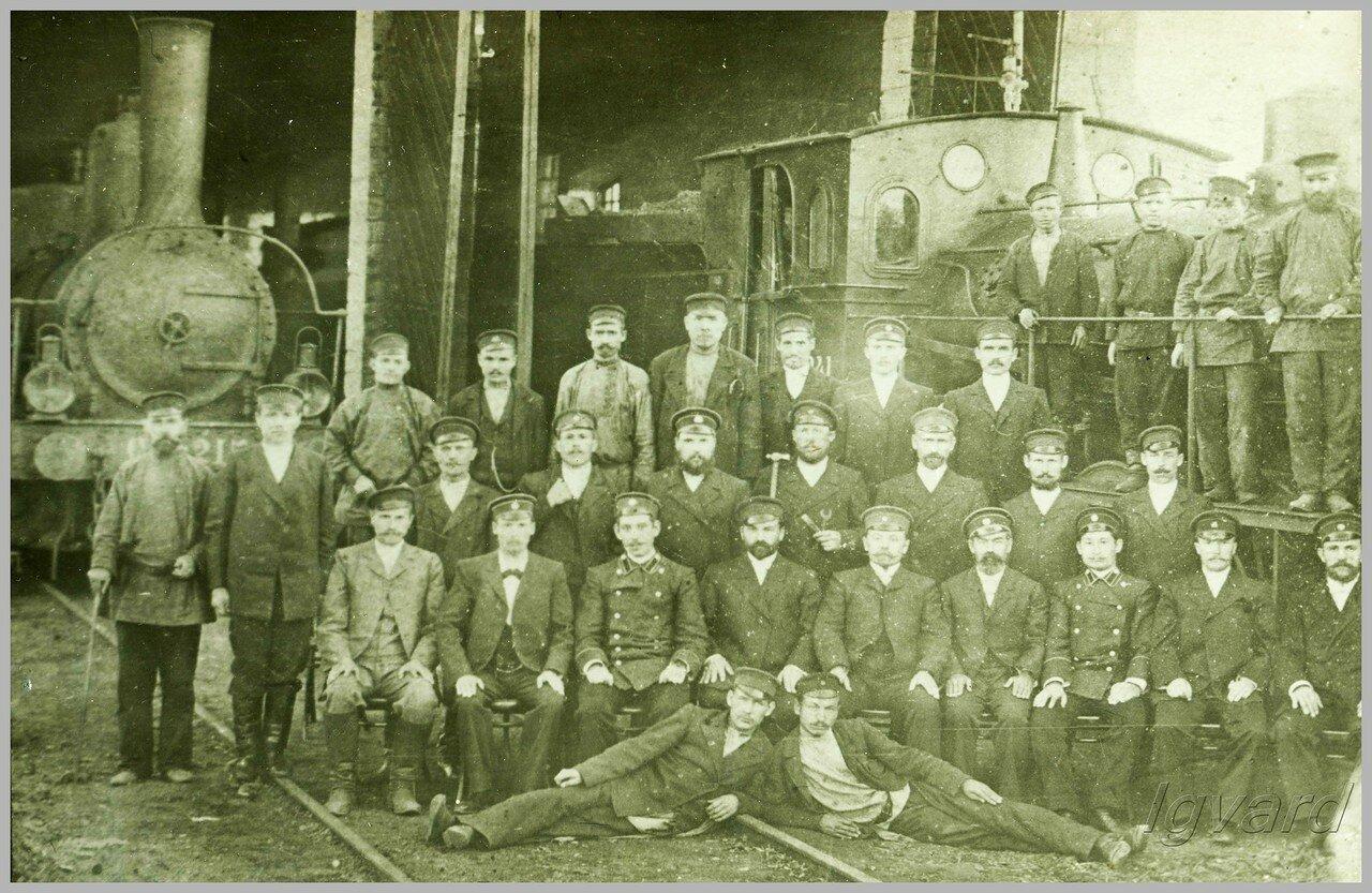 Работники депо Славянск у веерного сарая. 1900