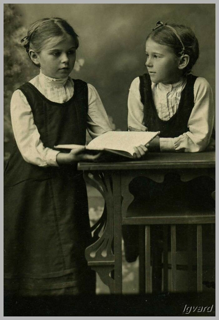 Наталья (слева) и Зоя Барышниковы – ученицы Славянской гимназии