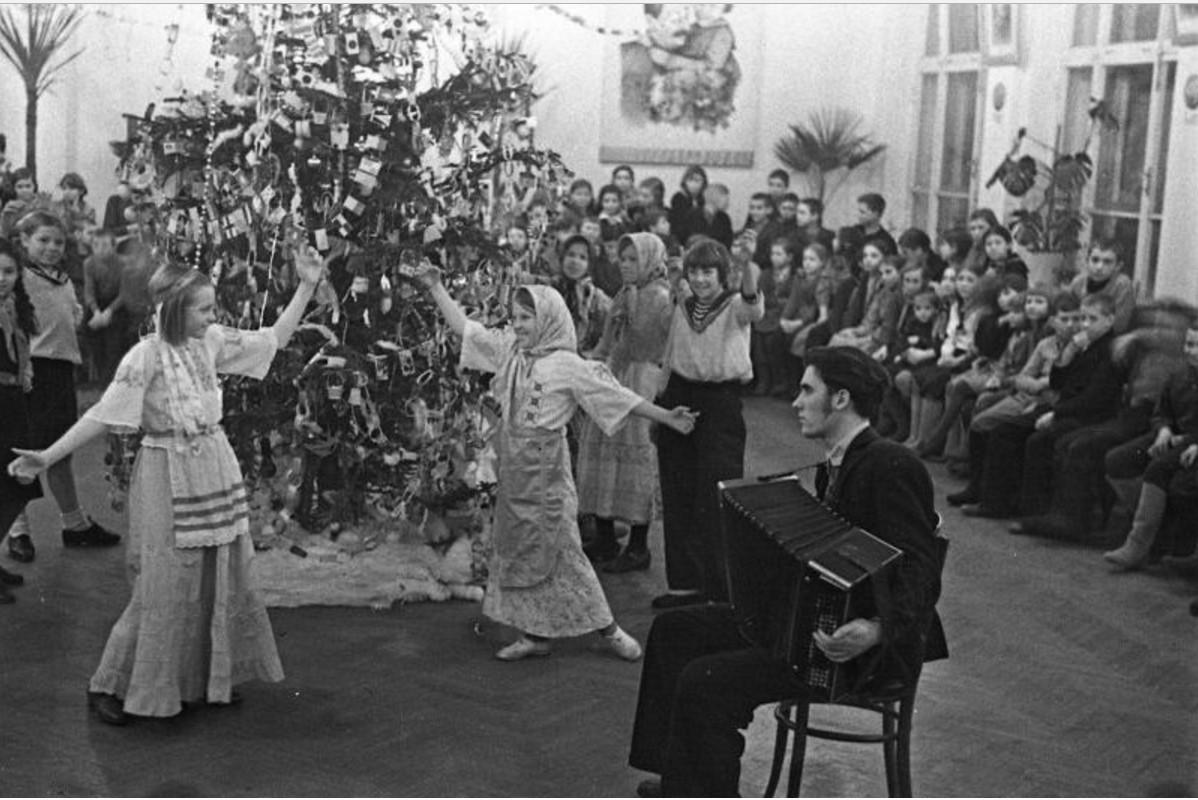 1947. Новогодняя елка в 142-й школе. Москва