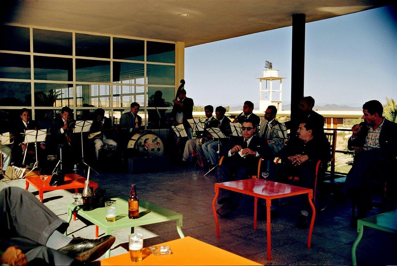 Мексика. Аэропорт. Оркестр в кафе. 1950