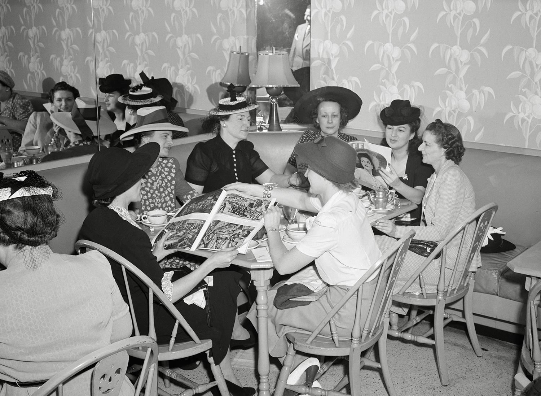 1941. Июль. Универмаг Кроули Милнер. Покупательницы обедают в магазине