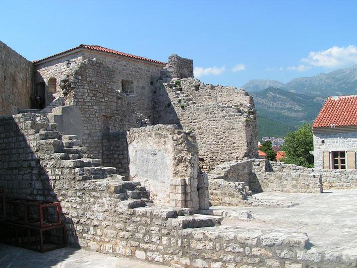 11. Цитадель в Старом городе, Будва На стене Цитадели имеется старинная плита с рыбками, которая мож