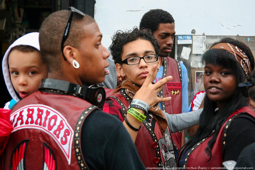 11. «Йо, мэн!» — сказал мне член уличной банды Warriors. А вы так пальцами делать умеете?