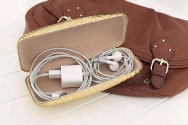 2. Перевозите зарядные устройства и прочие провода в футляре для очков.
