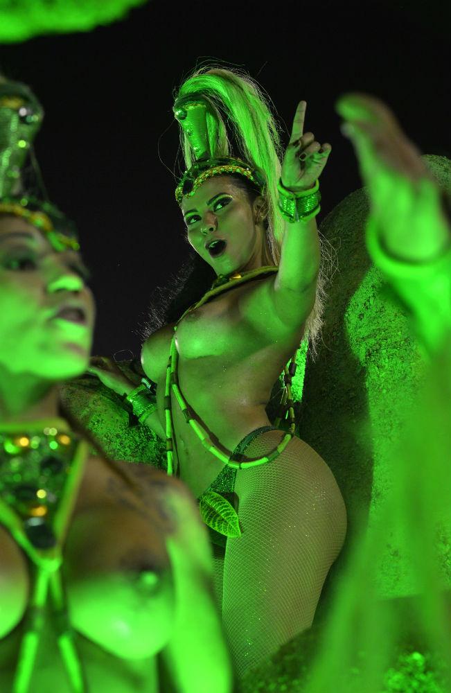 Танцовщица школы Belford Roxo Samba School.
