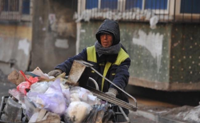 © weibo.com  Обычный дворник вКитае продал свою квартиру ипереехал всъемную, азатем начал