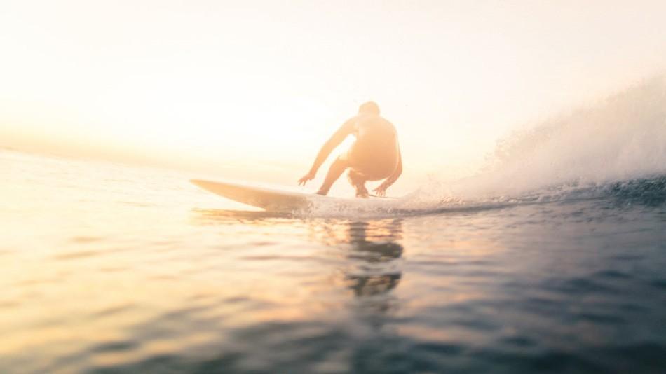 14. Серфер наслаждается волнами на закате близ побережья Монтока, штат Нью-Йорк.