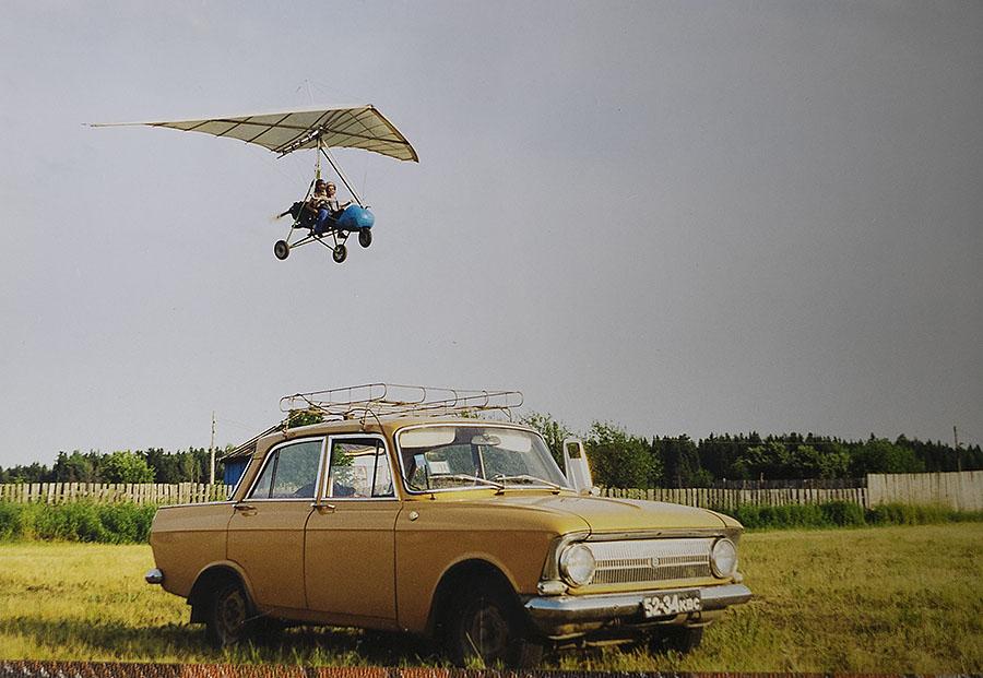 А это тот самый «москвич» и — конечно, тоже самодельный — дельтаплан.