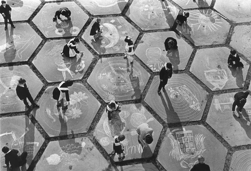 Дети рисуют мелом на плитах. 1960 год. Фотограф: Анатолий Хрупов.