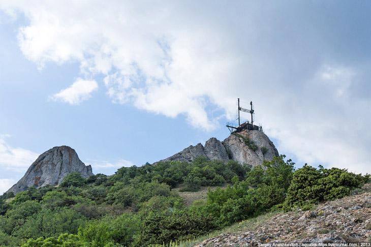 Для проведения опытов на вершине горы установили специальную металлоконструкцию, на которой закрепил
