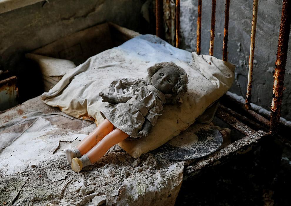 9. А мы наблюдаем за куклами Чернобыля. Наверняка их расставили туристы. А может призраки? Кто