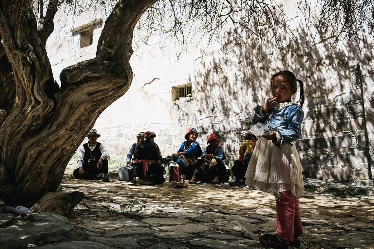 14. Среди паломников много пожилых женщин, которые, впрочем, не забывают о подрастающем поколении и