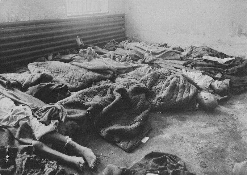 Тела узников 11-го больничного блока концлагеря Освенцим (Auschwitz I) после освобождения лагеря Красной Армией