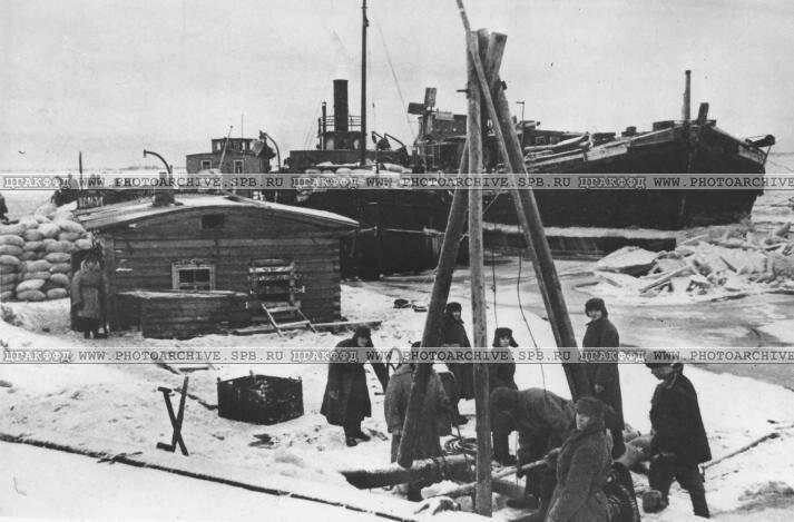 Подъем мешков с зерном, затонувших в озере. 4 декабря 1941 г.