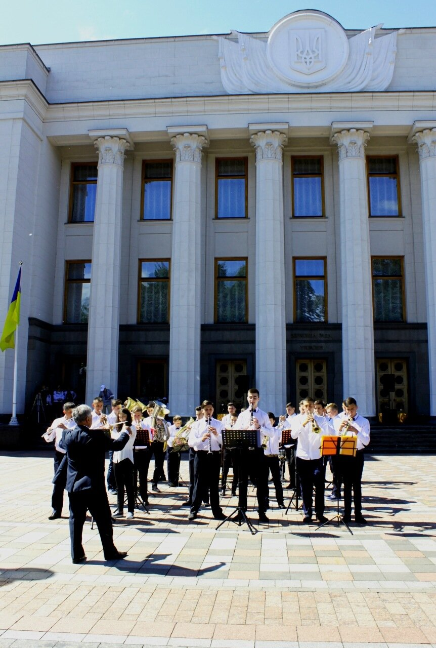 Выступление духового оркестра перед Верховной Радой