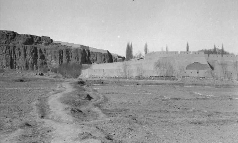 Учтурфан. Юго-западная часть крепости. Вид с юга