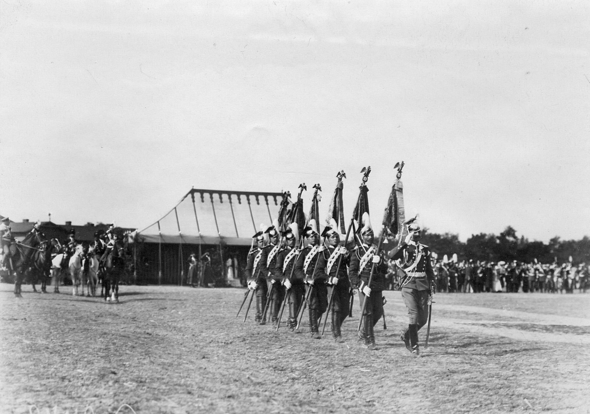 Вынос полковых штандартов во время парада в день празднования 250-летнего юбилея полка