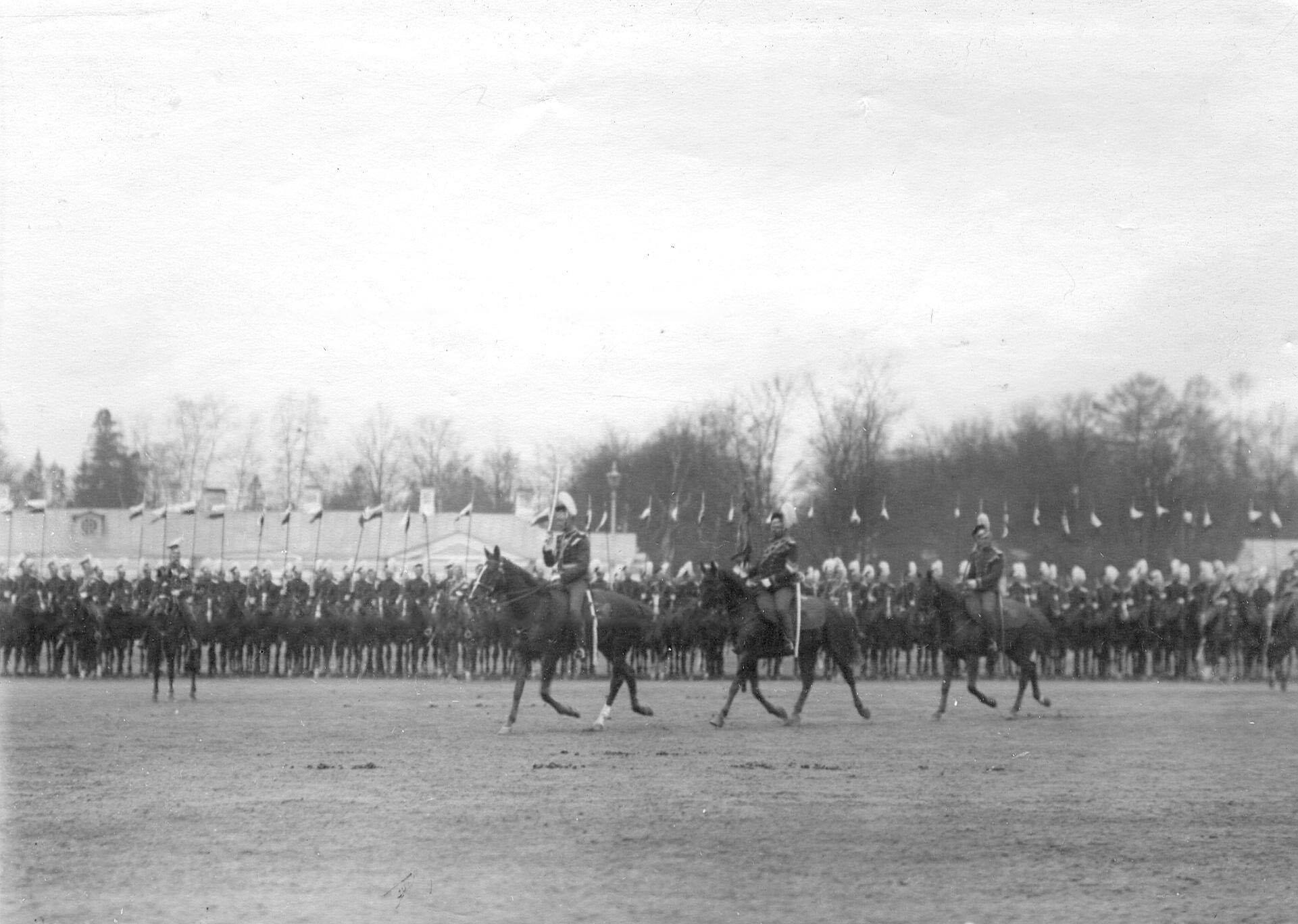Адъютант полка, вахмистр с полковым штандартом на плацу перед Екатерининским дворцом во время парада Уланского Её Величества лейб-гвардии полка