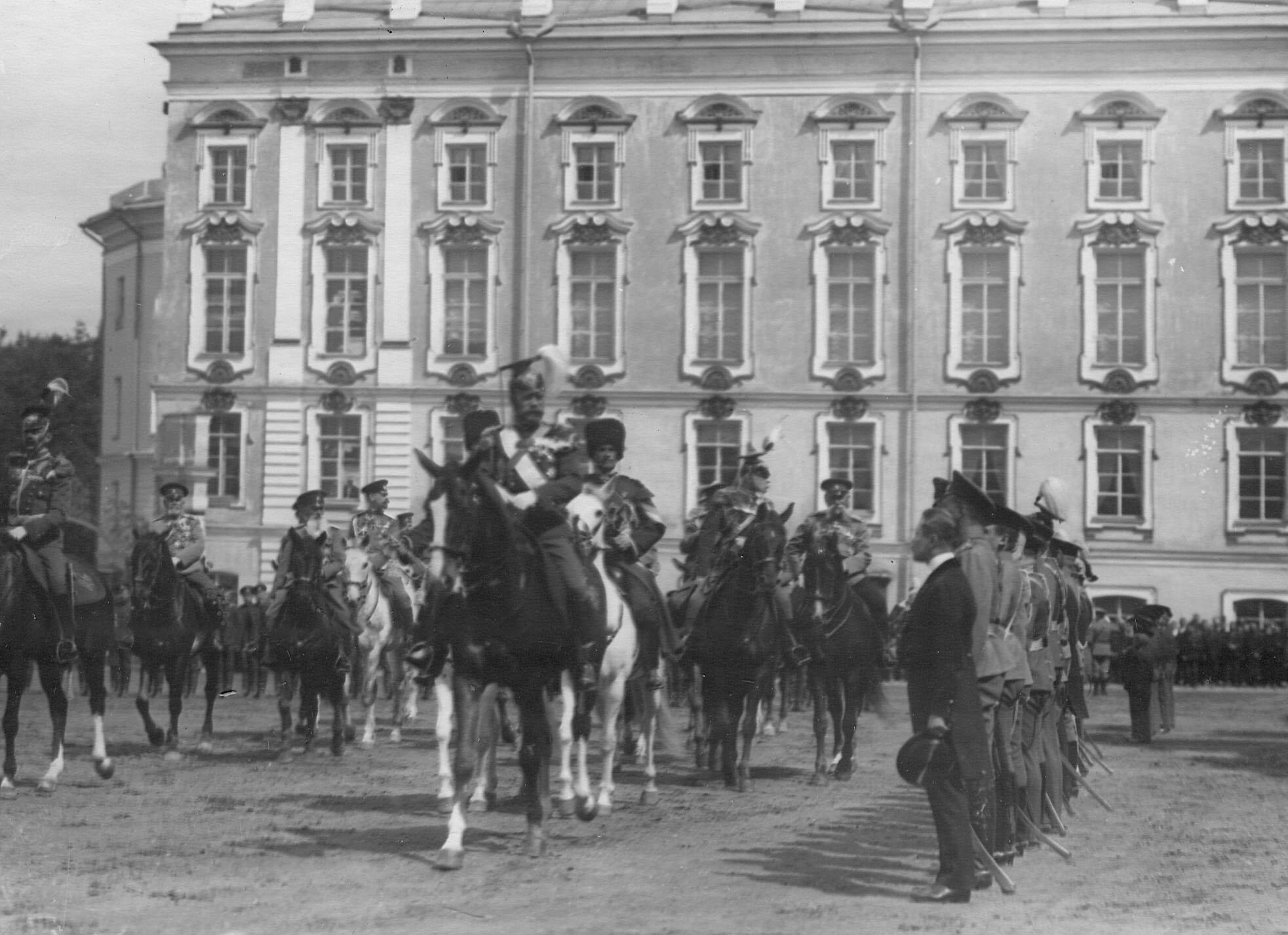 Император Николай II в сопровождении свиты объезжает бывших офицеров полка во время парада Уланского Её Величества лейб-гвардии полка