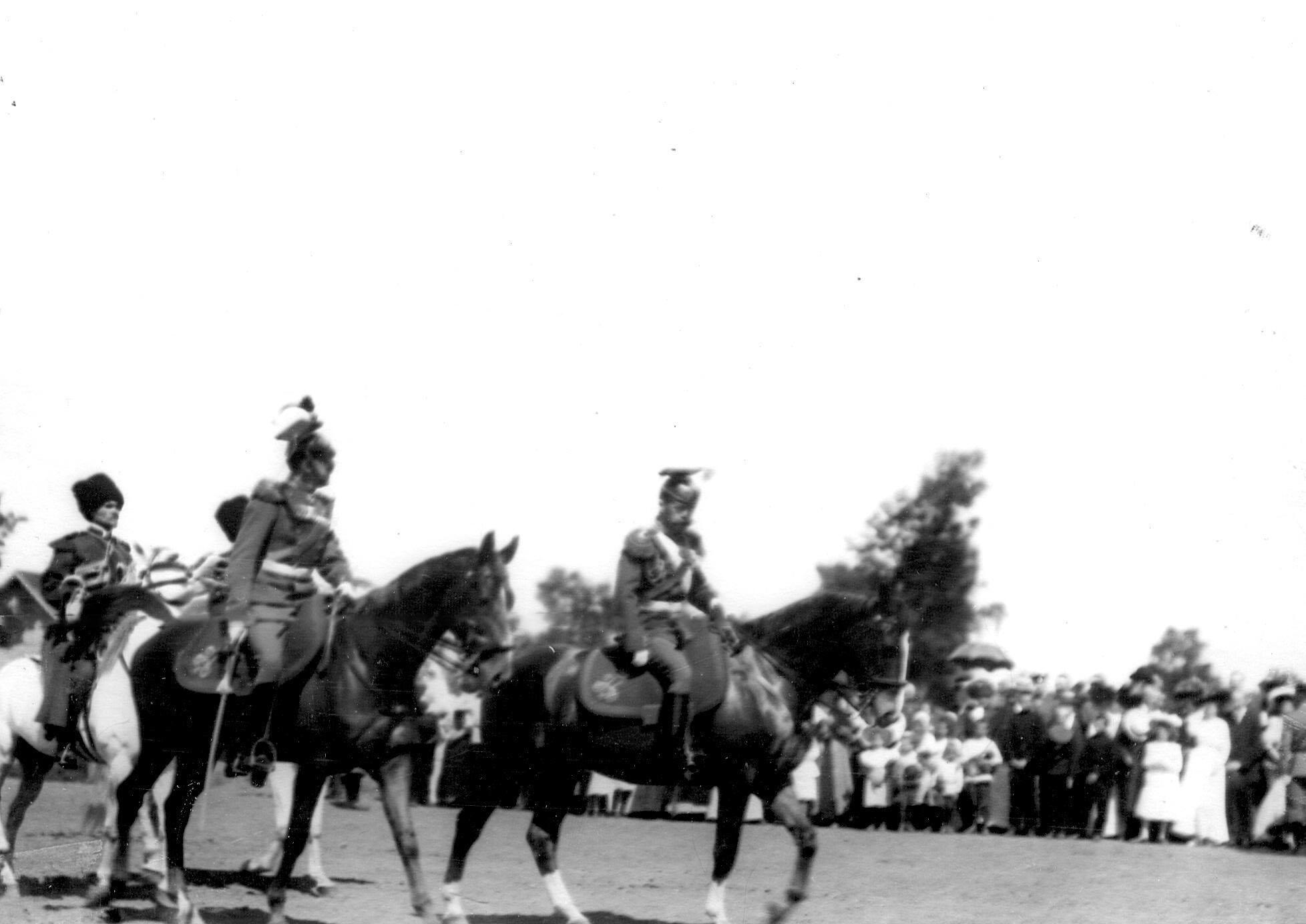 Император Николай II подъезжает к месту парада в сопровождении командира полка генерал-майора князя С.К.Белосельского- Белозерского