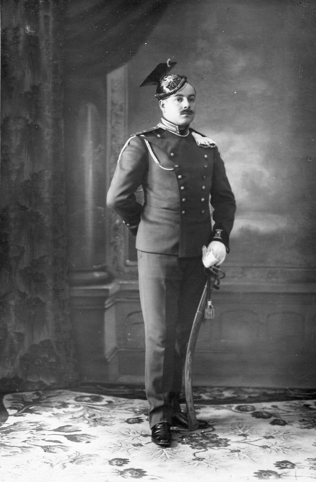 Поручик Уланского Её Величества лейб-гвардии полка в повседневной нестроевой форме