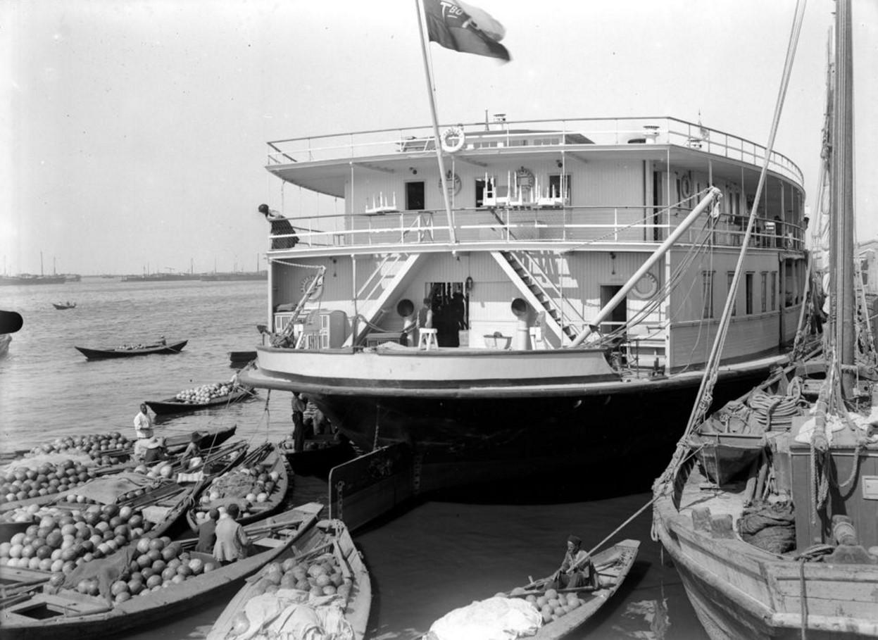 1908. Погрузка арбузов на пароход. Астрахань