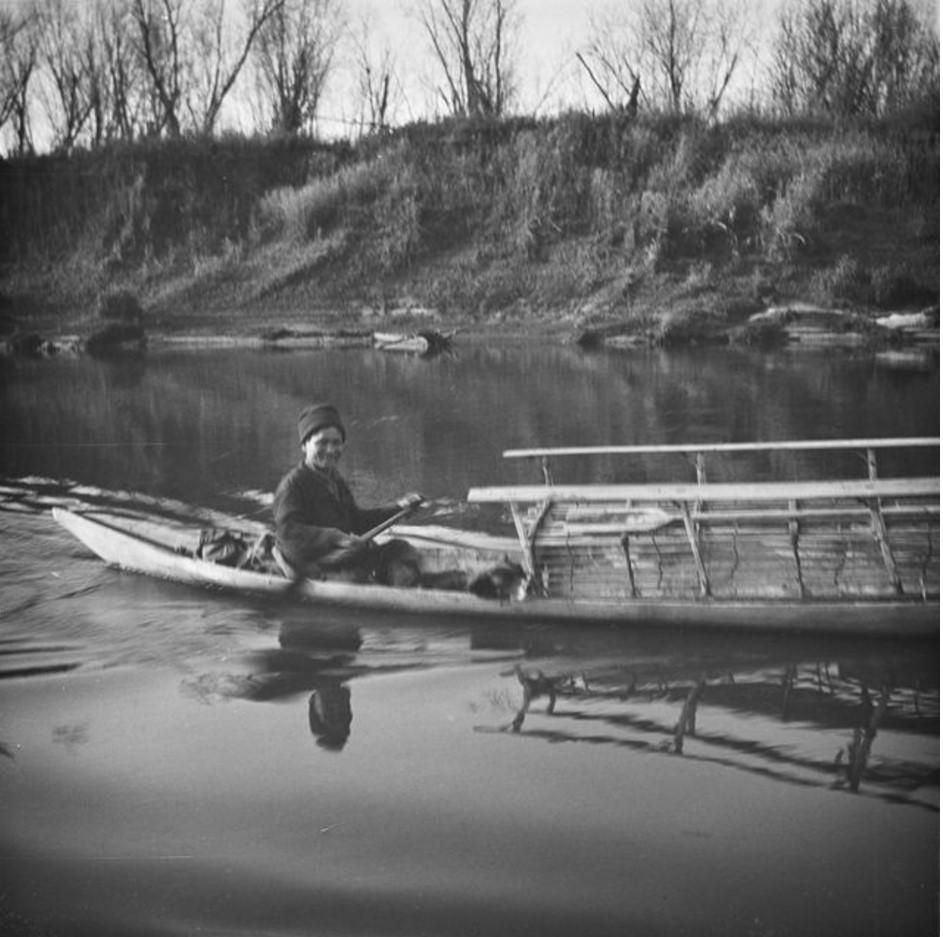 Шаман Марго Безменов в лодке
