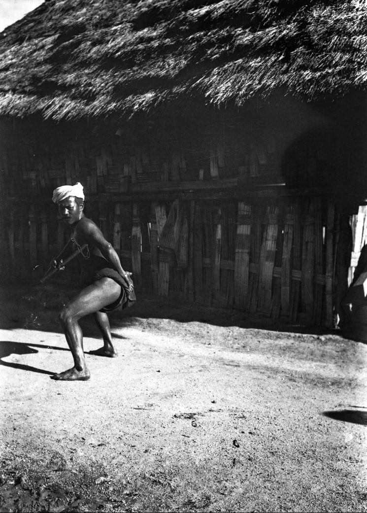 947. Танцор с нунчаками