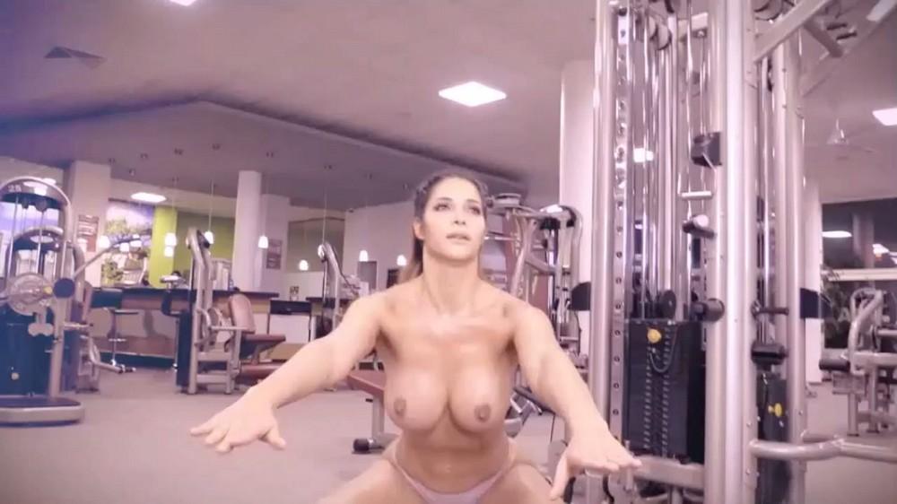 Микаэла Шефер топлес в спортзале