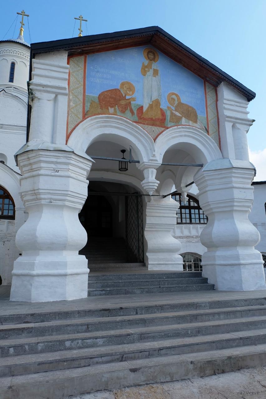 Свято-Прилуцкий монастырь в Вологде, вход в храм