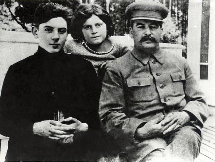 Вот как сейчас выглядит 45-летняя внучка Сталина! (11 фото)