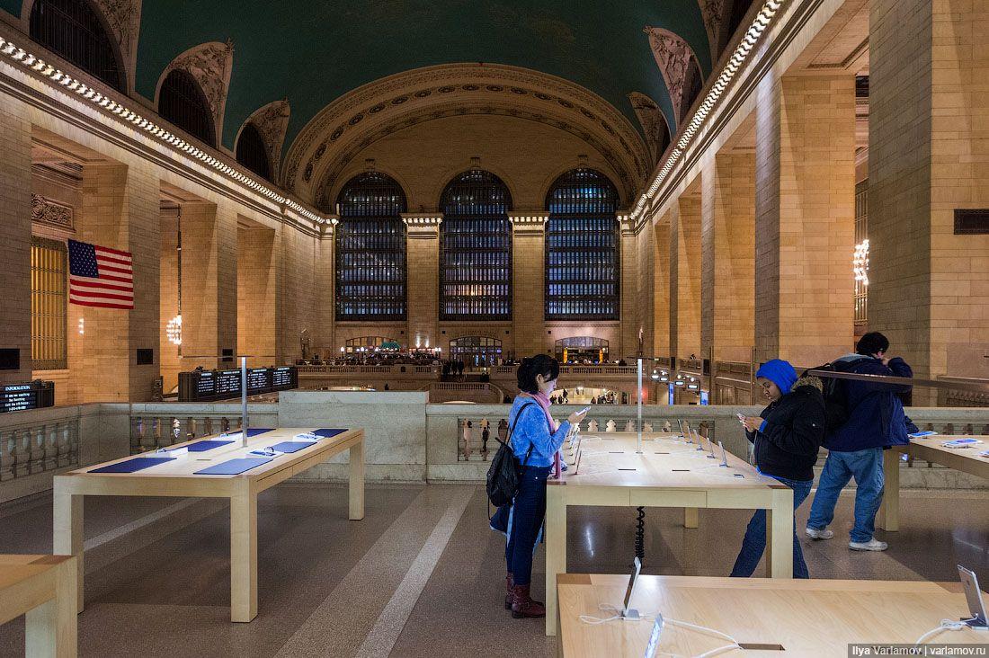 Вокзал – памятник архитектуры, так что портить его интерьеры вывесками, витринами и тем более
